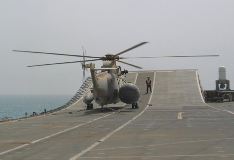 A RAF Chinook helicopter of 18 Squadron landing on the HMS Ark Royal off the Kuwaiti coast, 12th March 2003. Photograph copyright Tim Ripley